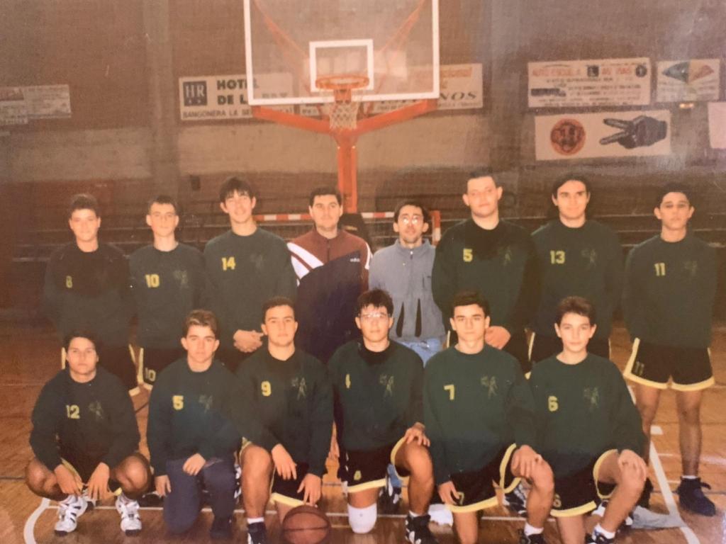jugadores de izquierda a derecha y de arriba a abajo son Carmelo, José Carlos, Juanma, Abraham (entrenador) Worthy (entrenador) David, Barry, Antón, Reina, Alberto, Juanjo, Ginés, Iván y Jesús. El año debe ser año 1997/1998